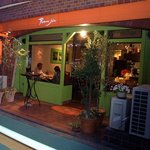 アヴァン プティ・ジョア - お店の概観です。オレンジとグリーンで構成されたとってもモダンなお店です。お店の前に小さなテーブルが置いてありますよね。このテーブルは喫煙スペースになっているんですよ。