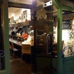 アヴァン プティ・ジョア - お店の入口です。ここは自分で引いて開けるタイプです。右手にカウンター席が見えていますね。左手はテーブル席です。
