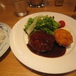 39573563 - 「黒毛和牛とやまと豚のハンバーグと海老カツタルタルソースの盛り合わせ」