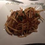 ガルーダ - ミーコォーラー680円、米粉そばと豚肉、野菜入のタイ風焼きそばかな!