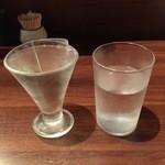 人形町 田酔 - 美田 + 日本酒注文時に一緒に提供される水