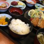 さんぞくや - 日替わり定食。メンチカツ、生姜焼き、刺身、小鉢など盛りだくさん!