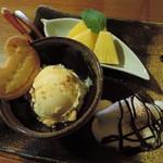 かえるcafe - スイーツ3種盛りはこんな感じだよ。 アイスに添えられてる、かえるさんクッキーがかわいいね。