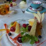 マッシモ・マリアーニ - フルーツタルト(果物がたくさん飾られて、ケーキが見えない)