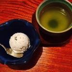 39687271 - デザート(黒豆アイスと温かい緑茶)