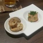 牡蠣と魚 海宝 - お通しは「ブリの煮付け」と「サザエ」でした