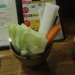 七味亭 - お通しの野菜スティックも新鮮で盛り沢山