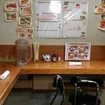 呑み処 圭 - 店内。昼は簡易イスがあります。