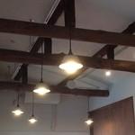 ノラリクラリ - 2階の素朴な照明と梁
