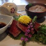 三國 - 前菜 たたき、ケンネン脂のハンバーグ(右)、しぐれ煮