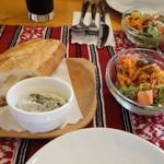 サルマーレ - まずはサラダとパンで