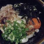 駄駄っ子 - 伊勢では麺とネギと醤油だれのシンプルなスタイルで 提供されているお店が多いけど、こちらは、 かつお、玉子、白ごまがトッピングされていて、 大阪の人の口に合うように工夫されてます。