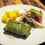 スパイスカフェ - 日替わり前菜:ひらめのバナナの葉包み焼き