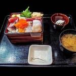 相仙 - 海鮮ちらしに味噌汁・小鉢が付く