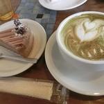 カナブン - うぐいす(抹茶)ラテ(550円)と、チョコレートケーキ(390円)