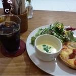 ア・ラ・カンパーニュ - ◆季節野菜のチーズキッシュ(972円:税込)・・キッシュ・スープ・ドリンク・サラダのセットです。 ドリンクは選べますので「アイスコーヒー」にしました。