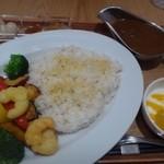 24/7 cafe apartment  - 小エビとごろごろ野菜のカレーライス(1200円:外税)を頂きました。 ライスには「小エビ」や「素揚げしたお野菜」がのせられ「マンゴヨーグルト」も付きます。