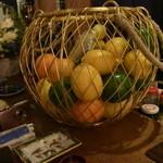 バー ベッソ - カクテルのオーダーを待つフルーツたち。。。