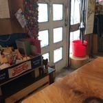 やさい食堂 堀江座 - 1Fは、テーブル一つ、そこに座って、入り口側を撮りました