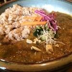 やさい食堂 堀江座 - ご飯は玄米、色んな野菜や、ナッツがいっぱい入ったピリ辛のカレーです