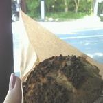パティスリー 麓 - 塩麹シュークリーム  日蔭で撮ったので黒っぽく写っていますが実際はそうでもありません。