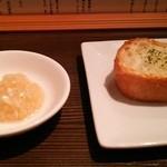 うさぎ食堂 - ガーリックトースト&玉葱酢漬け