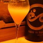波と風 - モモとシャンパンのカクテル