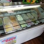あいす工房さなえ - アイスは結構種類あるよ(おばちゃんの手ががっつり入りました(笑))