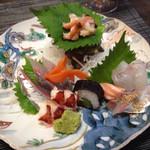 赤坂 あそび亭 - 右は 上から 鯛 サーモン 胡麻鯖 真ん中は 栄螺 巻き物 左は 鯵 オマール海老