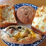 大鳳堂 - 左上からグラタンパン・焼きカレーパン・クロックムッシュ・ほうれん草とベーコン