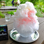 何時も庵 - イチゴかき氷(練乳入り)(タバコ箱との大きさの比較;2015年7月)