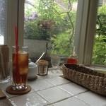ガーデン&クラフツ カフェ - 店内の窓から