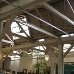 ベーカリーカフェ レンガ - のこぎり屋根の内部