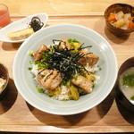 ひびか食堂 - トロビンチョウマグロのステーキとアボカドの丼定食 ¥1000(税込)。鮪の外はカリッと香ばしく中はレアで、アボカドとの相性も最高でした。