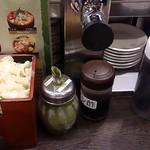 すし台所家 - すし台所家 渋谷本店 @道玄坂 カウンターに置かれるガリ桶・粉茶・醤油など