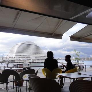 神戸港を正面に眺めながらくつろげるカフェテラス