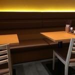 切麦や甚六 - テーブル