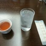 中華菜館 成都 - ドリンク写真:熱いお茶とお水