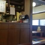 茶房もちつき庵 - 奥には小上がりの座敷、テラス席もありました