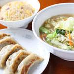 鳳春 - Cランチ=餃子、半タンメン、半チャーハン。