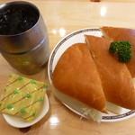コメダ珈琲店 - 料理写真:たっぷりアイスコーヒー(1.5倍量)、エビカツサンド、豆菓子
