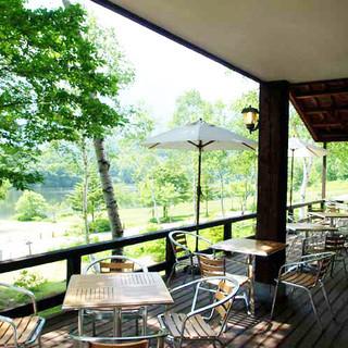 天気の良い日はテラス席で鏡池の大自然を感じて下さい。