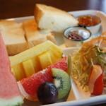 ジャック&ベティー - フルーツがすごいです!トーストにはホイップバターと自家製柚子のマーマレードが美味しいですよ♪