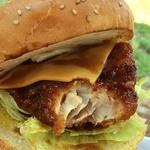 40456284 - 金目鯛のフライのサクっと感に、甘辛いタレとバンズがめっちゃ合う!途中からチェダーチーズやカマンベールチーズが出てきて、チーズ風味に変わり、また美味しい!