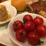 パーレンテッシ - 本日の食材説明から。このトマトを摘んではいけないという拷問。