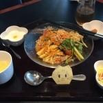 40502679 - スープにサラダに漬物、杏仁豆腐がついてるニャメ!
