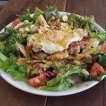 """40516187 - """"ニューヨークコブサラダ""""                       熱々ジューシーなグリルチキンの上に目玉焼きが乗っていて、チキンの肉汁と卵の黄身がその下にあるサラダに染み込んでいくので、サラダの旨さ倍増です!"""