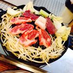Ajinohitsujigaoka - 奥がモモ肉750円税込、手間が肩ロース930円税込
