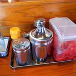 麺屋ラ賊 - 卓上の調味料。