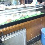 地鶏の立呑み 浅草 安兵衛 - 店内 ネタケースのカウンター